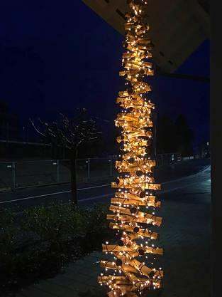 Birkenäste erfreuen sich ihres zweiten Lebens als Weihnachtsbaum an der Zürcherstrasse in Muri.