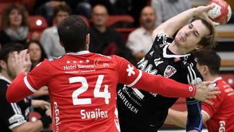 Michael Svajlen (links, Pfadi ) gegen HSC-Spieler Patrick Romann.