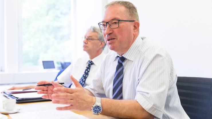 SWL-Geschäftsführer Markus Blättler erläutert die Jahreszahlen. Zu seiner Linken sitzt VR-Präsident Martin Steinmann.