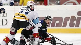Berns Vermin (r.) kämpft mit Rappis Danielsson um den Puck.