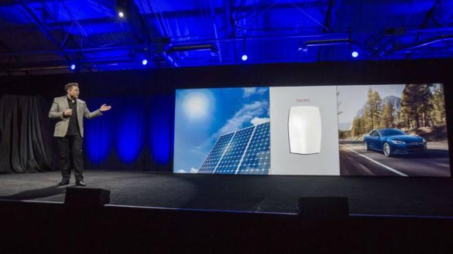 Diesen Donnerstag präsentierte Elon Musk die Energie-Zukunft: Solarzellen auf dem Dach, die neue Heimbatterie im Keller und ein Elektroauto auf der Strasse. Foto: Keystone