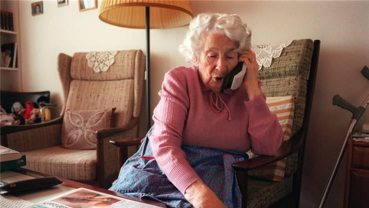 Im Fokus der Telefonbetrüger stehen in der Regel ältere Männer und Frauen. (Symbolbild)