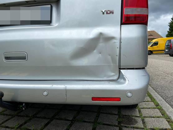 Ein 80-jähriger Automobilist verwechselte beim Manövrieren das Gas- und Bremspedal und kollidierte deshalb ungewollt vorwärts mit einem korrekt parkierten Fahrzeug