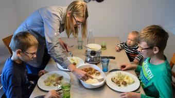 Vor allem alleinerziehende Eltern, die auf Unterstützung angewiesen sind, sollen statt Kleinkinderbetreuungsbeiträge Sozialhilfe bekommen. (Symbolbild)