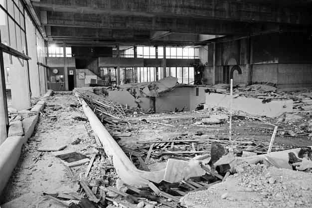 Das Schwimmbecken des Usterner Hallenbads liegt unter Truemmern. Am 9. Mai 1985 stuerzt im Hallenbad Uster eine unter der Decke aufgehaengte Betonplatte auf das Bassin.