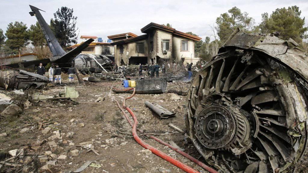 Bei einem Flugzeugunglück im Iran sind 15 Menschen ums Leben gekommen - das Frachtflugzeug der Luftwaffe krachte bei der Notlandung in ein Wohngebiet.