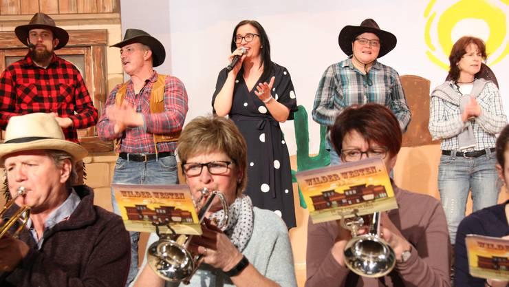 Getupft unter Karierten: Monika Schär mit den Cowboys und -girls der MG Staffelbach.
