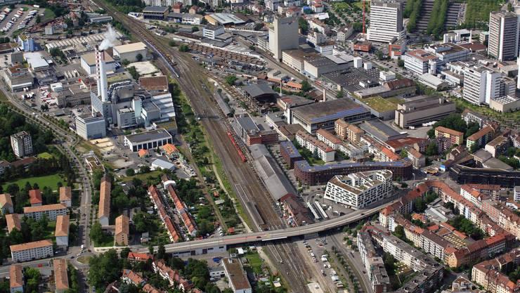 Die Polizei Basel-Stadt hat am frühen Sonntagmorgen auf dem Gleisfeld im Lysbüchel eine illegale Party aufgelöst. (Archiv)