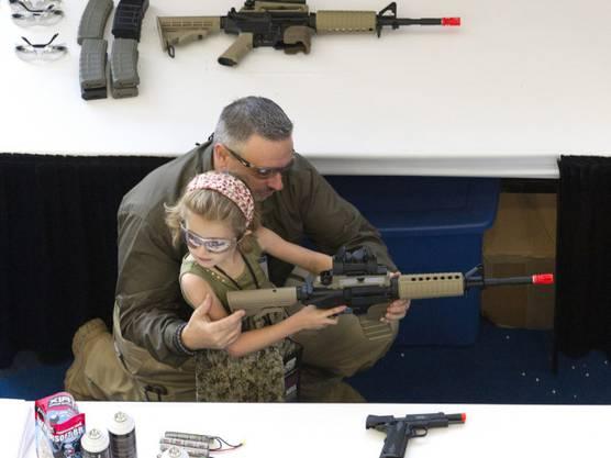 Kind mit Vater an der NRA-Jahresversammlung in den USA (Symbolbild)