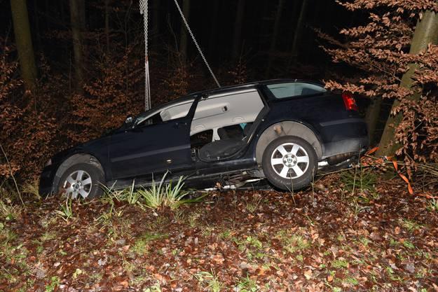 Der Mann kam aus noch nicht bekannten Gründen von der gerade verlaufenden Strasse ab und fuhr rechts die Böschung in den Wald hinunter.
