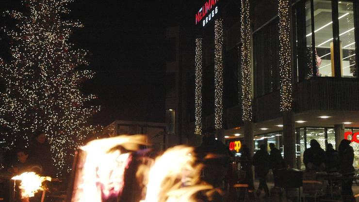 Weihnachtlicher Lichterglanz: Auf dem Neumarktplatz sorgen die Finnen-Kerzen für Wärme. Michael Hunziker