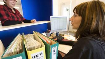 Eine Frau sucht Beratung in einem Regionalen Arbeitsvernmittlungszentrum