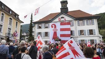 Mit einer Acht-mal-Acht-Meter grossen Fahne am Rathaus in Moutier wollen die Teilnehmer einer Veranstaltung die Zugehörigkeit zum Kanton Jura untermauern.