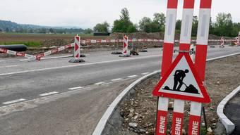 Dieses Baustellenschild wird verschwinden: Schon am 24. Juli könnten hier im Grenzbereich von Geroldswil und Weiningen die Bauarbeiten fertig sein, sofern nächstes Wochenende das Wetter für den Belagseinbau mitspielt.