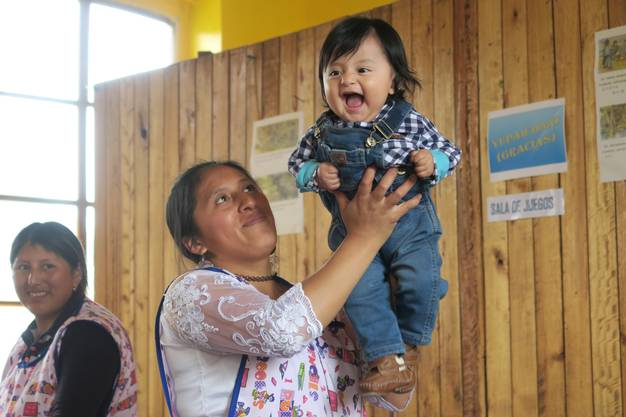 In der Krippe mitten in Quito herrscht eine lustige Stimmung.