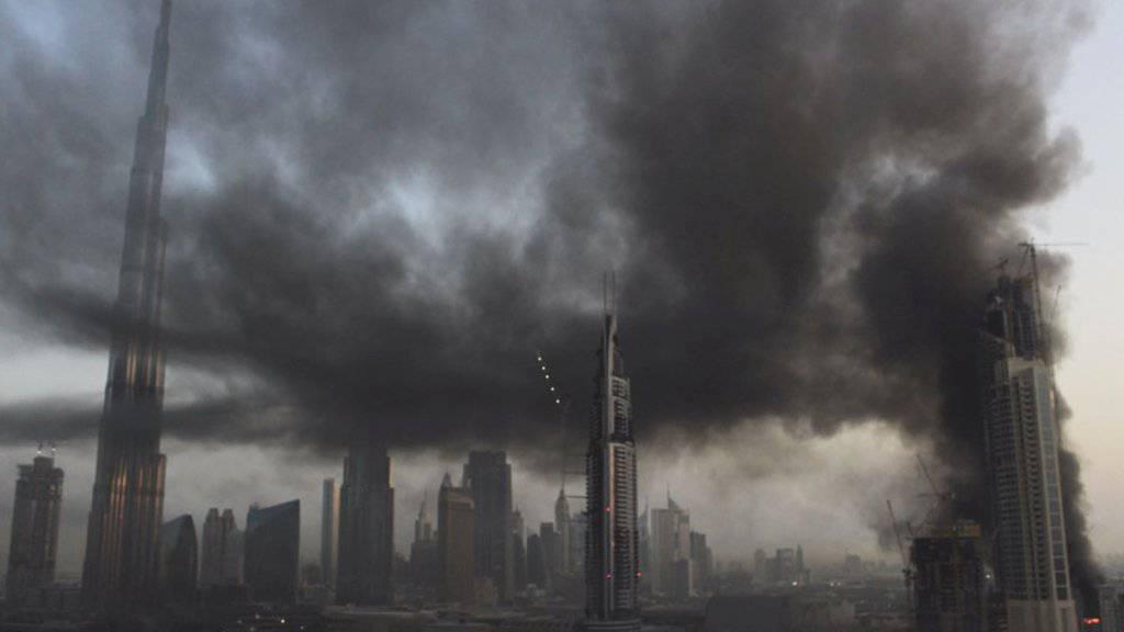 Rauch über Dubai: Beim Brand auf einer Wolkenkratzer-Baustelle wurde ein Mensch lebensgefährlich verletzt.