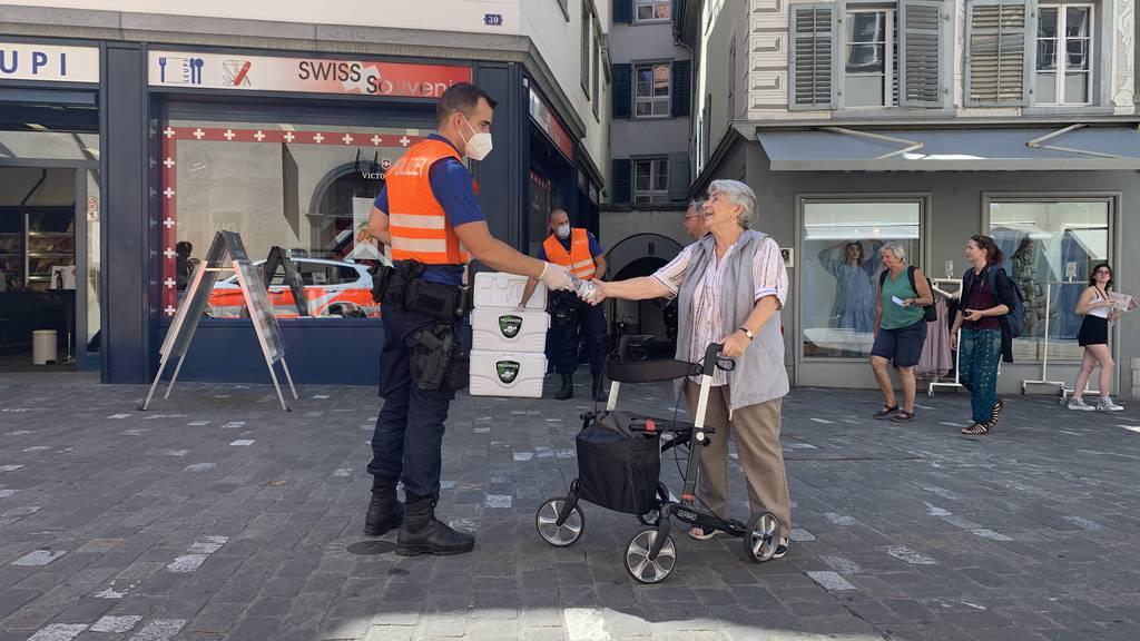 Geschenke in Chur: Stadtpolizei verteilt Wasserflaschen