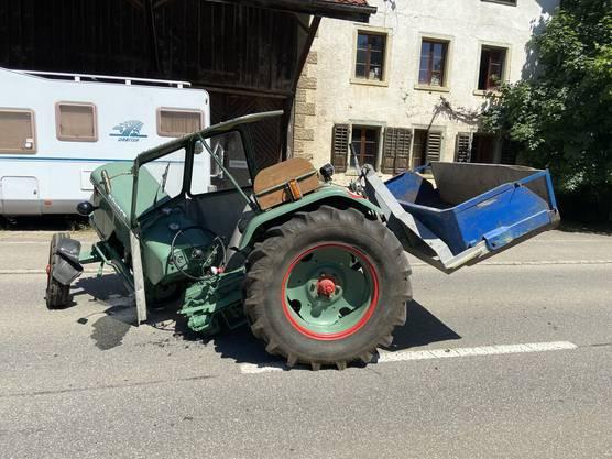 Wölflinswil, AG, 27. Mai: Ein Postauto stösst mit einem Traktor zusammen. Der Traktorlenker verletzte sich leicht.