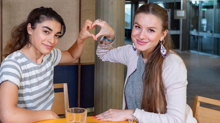 Wenn aus Mentorin und Mentee Freundinnen werden – die Freiwillige Nicole (rechts) und das Flüchtlingskind Hassina.