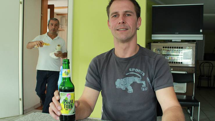 Mehmet Isik bringt den Döner, um das neue Getränk zu testen.