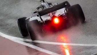 Lewis Hamilton fährt im Regen auf die Strecke
