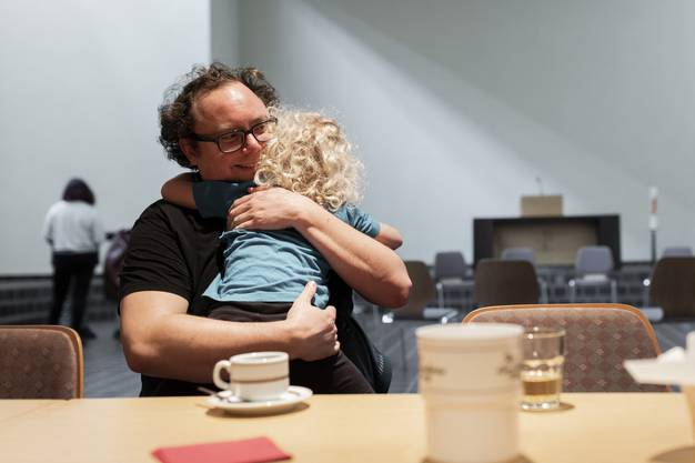 Matthias Wolf kommt so oft wie möglich. Seit das Eltern-Kind-Singen vom Donnerstagnachmittag auf den Dienstagmorgen verschoben wurde, kann er öfter kommen.
