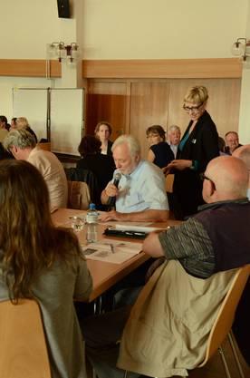In Gruppen erarbeiteten die SchlieremerInnen  Nutzungsvorschläge für das Zentrum, Bernadette Breitenmoser moderierte