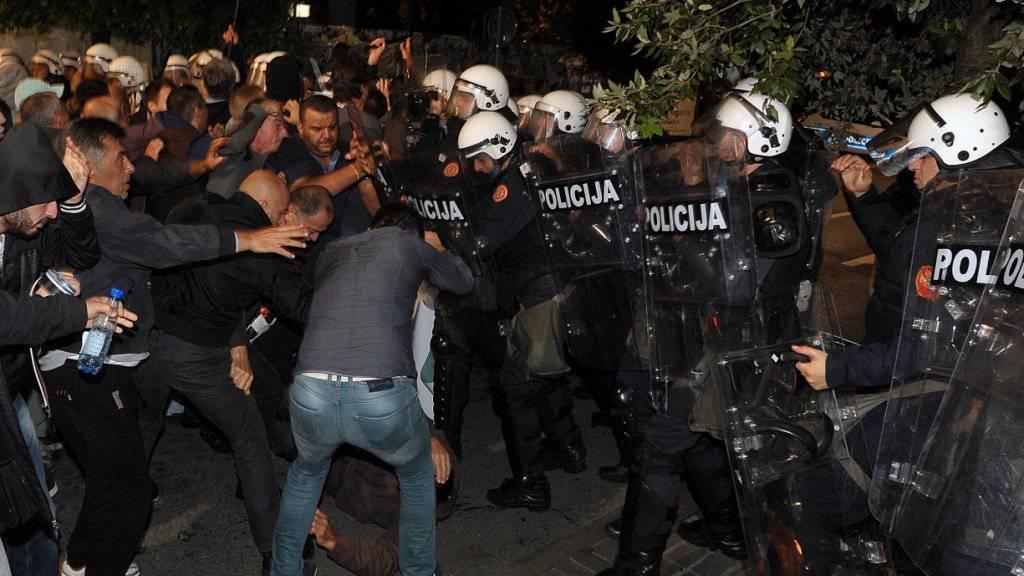Gegen die Regierung: Demonstranten treffen bei ihrem Protest in Podgorica auf Polizisten.