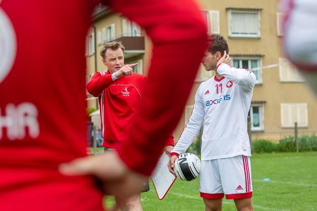 Nationaltrainer Hanspeter Brigger erklärt seinen Spielern, wo es lang geht.