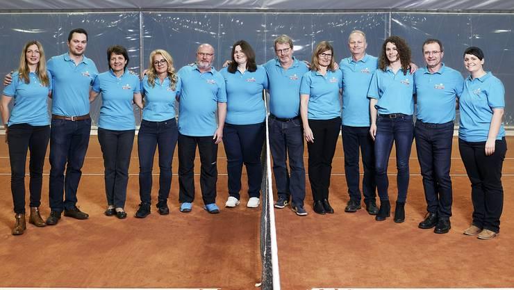 Das OK hat alles getan, damit die Aargauer Tennismeisterschaften in Wohlen auch diesmal zum Erfolg werden (von links): Natalie Sodero (Sponsoring), Adrian Ehrler (Infrastruktur), Maja Meier (Sekretariat), Christine Strebel (Restaurant), Markus Küng (Turnierleitung), Marianne Burch (Finanzen), Chregi Hansen (Öffentlichkeitsarbeit), Hermien Atassi (Rahmenprogramm), Heinz Strebel (OK-Präsident), Suzanne Cornelisse (Koordination Helfer), Martin Koch (Vizepräsident), Claudia Nietlispach (Rahmenprogramm).