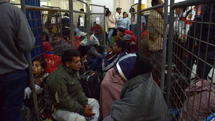Flüchtlinge aus Venezuela warten am Donnerstag (Ortszeit) in Tulcan, Ecuador, auf Busse, die sie nach Peru bringen sollen.