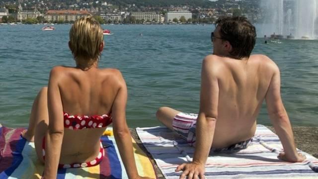 Sonnenbaden am Zürichsee - die Schweiz hat noch einmal ein sehr warmes Wochenende erlebt
