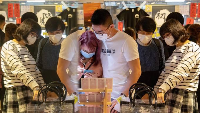 Besucher in einem Shop in Hong Kong.
