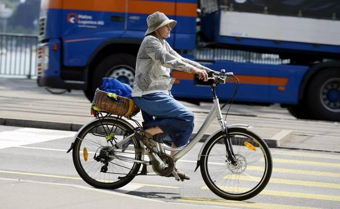 E-Bikes trifft man immer häufiger auf Schweizer Strassen an..jpg
