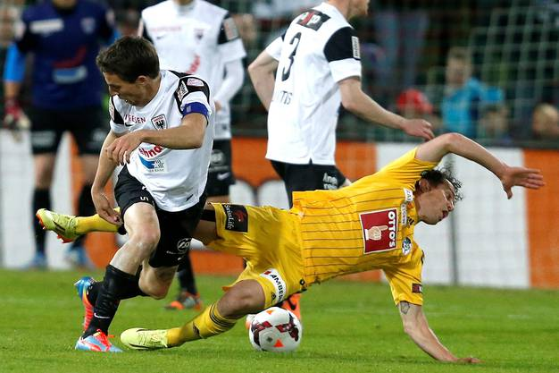 Luzerns Dimitar Rangelov, rechts, kämpft um den Ball gegen Aaraus Sandro Burki.