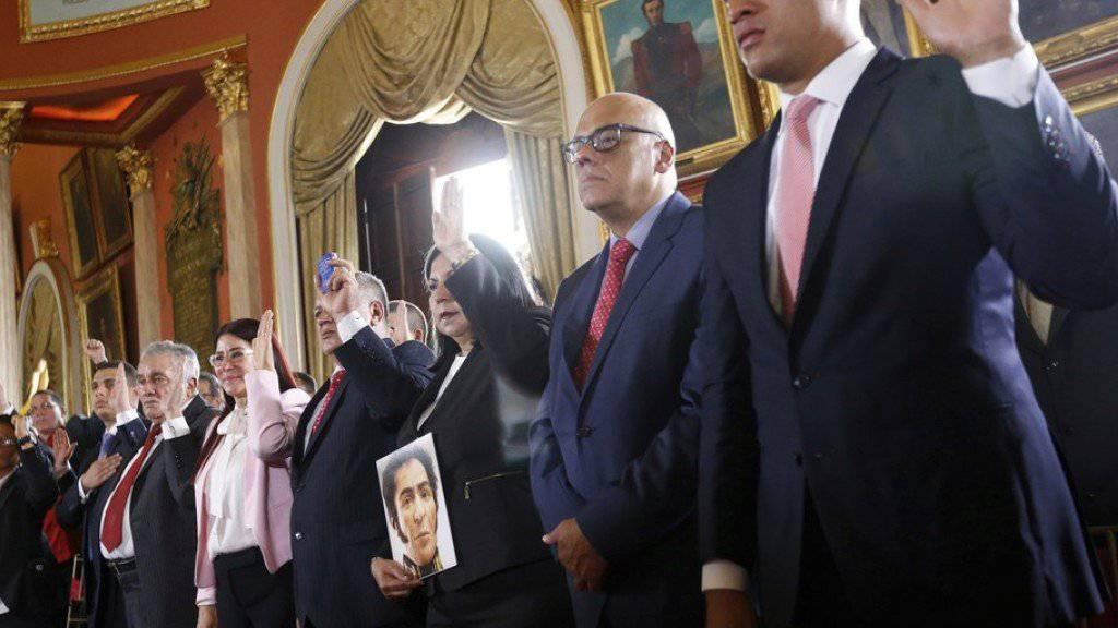 Mitglieder der Verfassungsgebenden Versammlung legen im Parlamentsgebäude von Venezuelas Hauptstadt Caracas ihren Amtseid ab. Das Parlament, in dem die Opposition eine Mehrheit hat, wird damit de facto entmachtet.