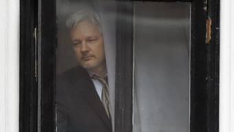 Julian Assange beim Balkon der Botschaft Ecuadors in London, in der er sich seit Jahren aufhält. (Archivbild)