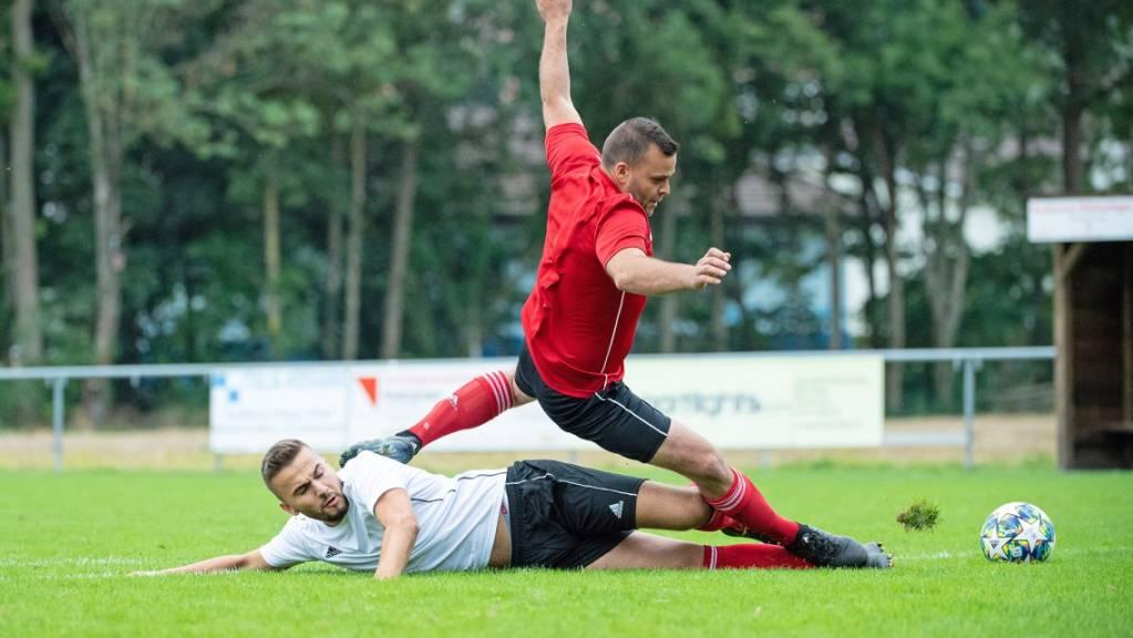 Auch Hobbyfussballer kämpfen hart um den Ball. (Symbolbild)