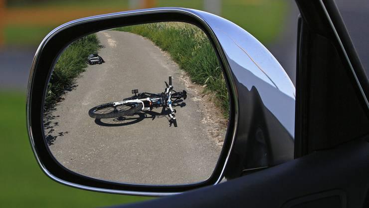 Eine Velofahrerin kollidierte mit einem Auto. (Symbolbild)