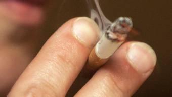 Als sie sich zu ihm umdrehte, drückte ihr der Mann plötzlich eine brennende Zigarette ins Gesicht. (Symbolbild)