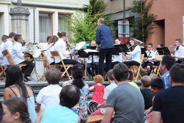 Gross und klein lassen sich das Konzert der Jugendmusik nicht entgehen