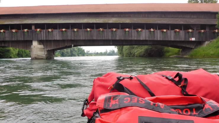 Die alte Sinser Holzbrücke vom Wasser aus.
