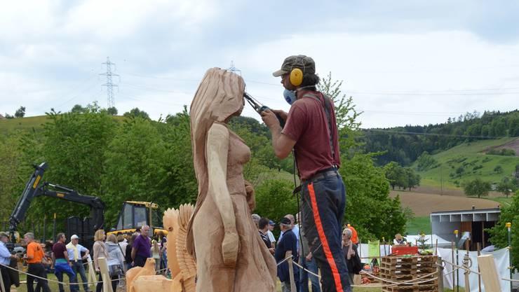 Batemann Uinnsinn bei der Arbeit an seiner Skulptur.