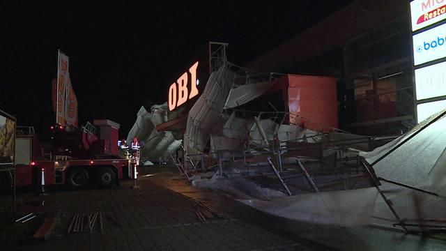 Baugerüste aufgrund starker Windböen eingestürzt