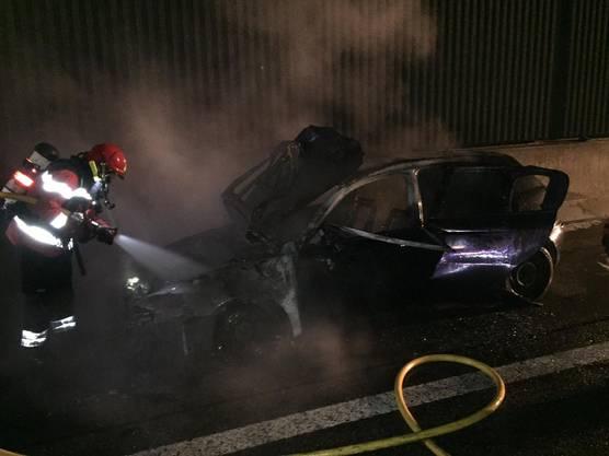 Obwohl die Feuerwehr den Brand rasch löschen konnte, entstand am Fahrzeug Totalschaden.