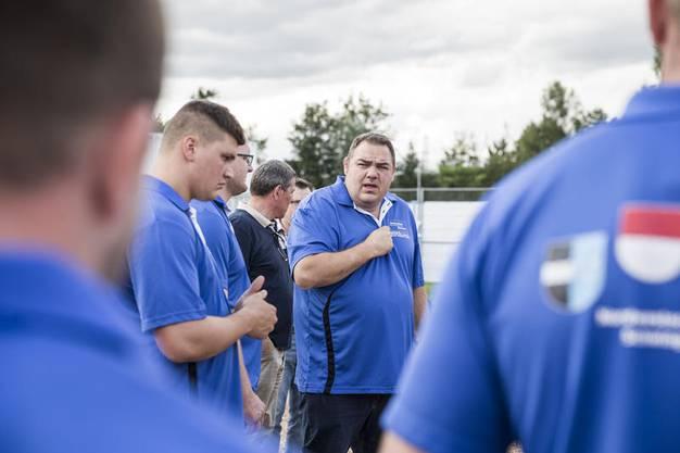 Der technische Leiter Stefan Strebel informiert seine Athleten.