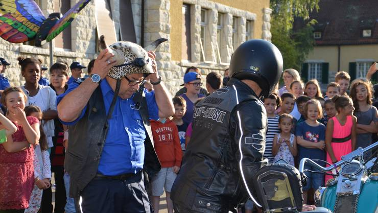 Mit einer Harley wird der Regionalpolizist zum Stapferschulhaus gefahren.