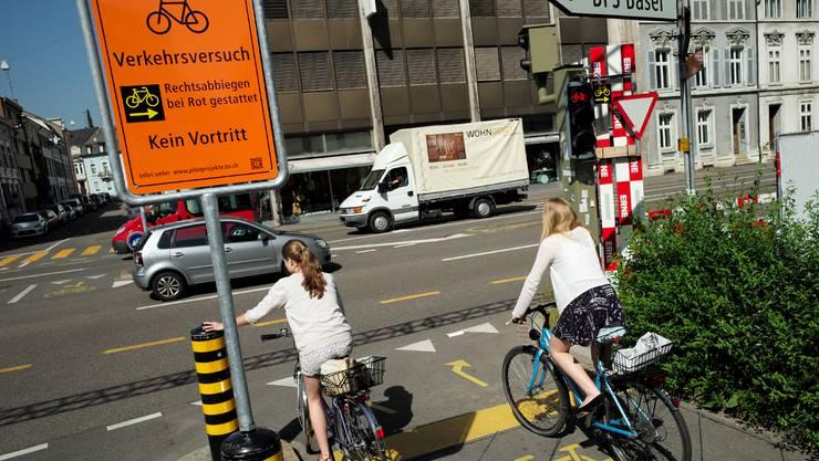 Neu werden in Basel versuchsweise einige Ampeln für Velofahrer eingeführt, bei denen das Rechtsabbiegen bei Rot gestattet ist.