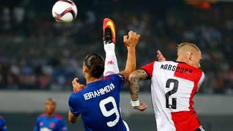 Der eingewechselte ManU-Star Zlatan Ibrahimovic (l., hier gegen Rick Karsdorp) konnte die Niederlage bei Feyenoord auch nicht verhindern