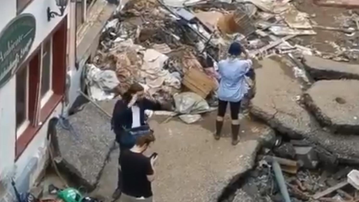 Videoaufnahmen zeigen, wie sich die Moderatorin Gesicht und Arme mit Schlamm beschmiert.